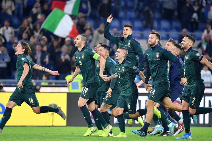 Itália vence Grécia e assegura 10.ª presença na fase final de um Europeu