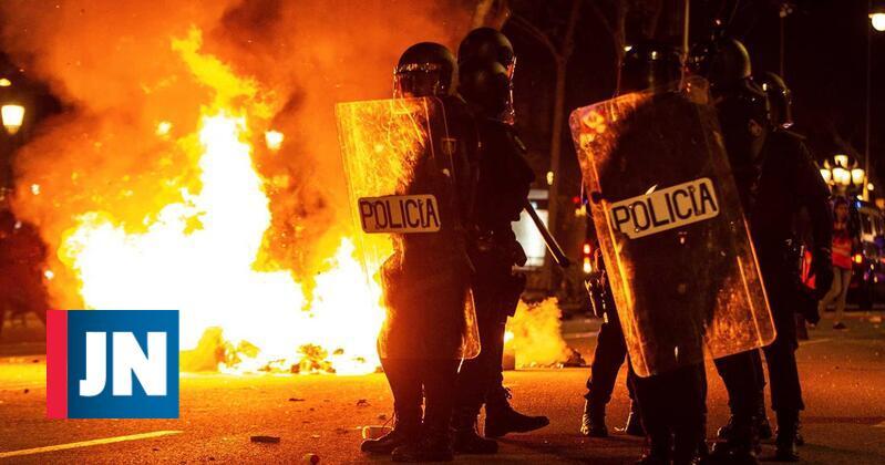 Segundo dia de protestos violentos na Catalunha obriga a cargas policiais