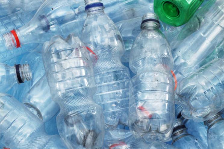 Populares têm feito chegar ao quartel garrafas de água cheias