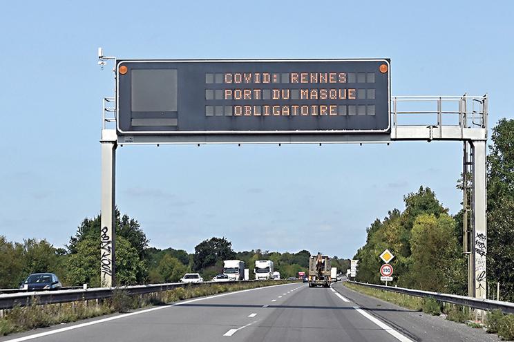"""Aviso em autoestrada no acesso a Rennes, França: """"Uso de máscara obrigatório"""""""