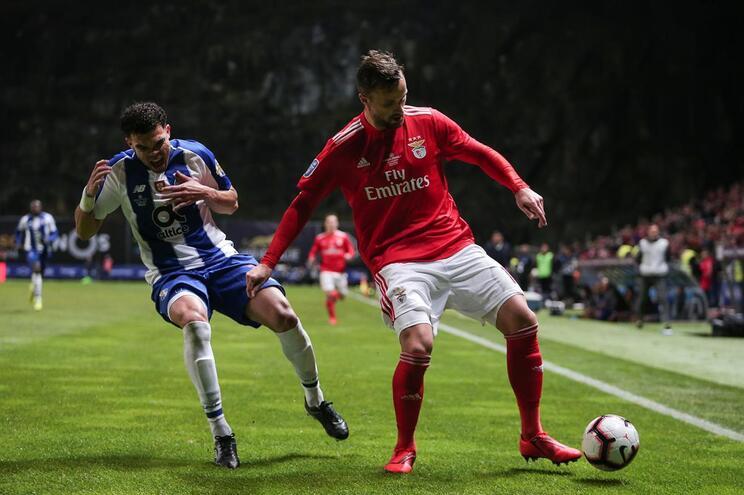 Seferovic, do Benfica, com ligeira vantagem sobre Pepe, num dos clássicos disputados esta temporada.
