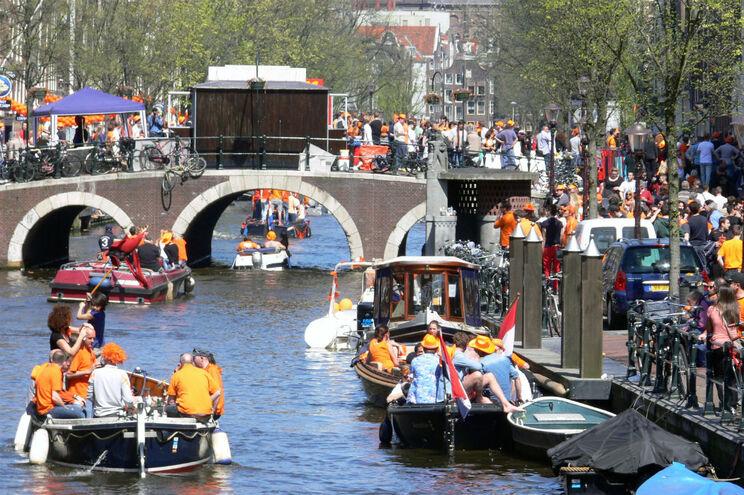 Município de Amesterdão está a estudar a proibição do consumo de álcool a bordo das embarcações