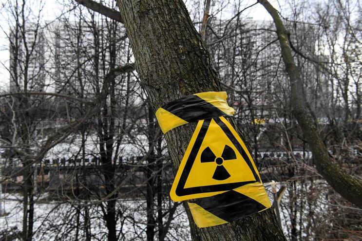 Sinal de perigo de radiação nos arredores de Chernobyl