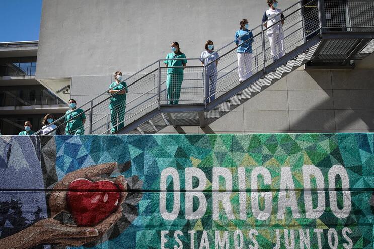 Mural do artista Edis One e equipa de tributo ao trabalho dos profissionais de saúde, em Lisboa