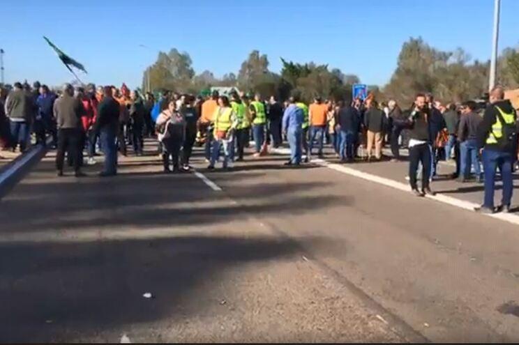 Agricultores espanhóis bloqueiam entrada em Badajoz