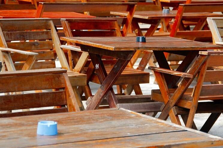 A manifestação envolve uma exposição de mesas na rua,