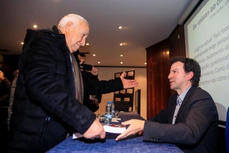 Helder Bastos saudado por Germano Silva, antigo colega de redação