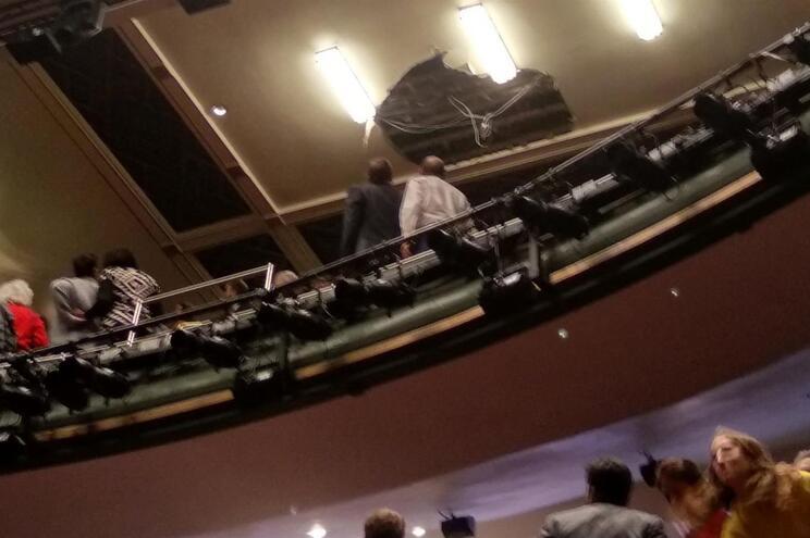 Teto de teatro colapsa e faz vários feridos em Londres