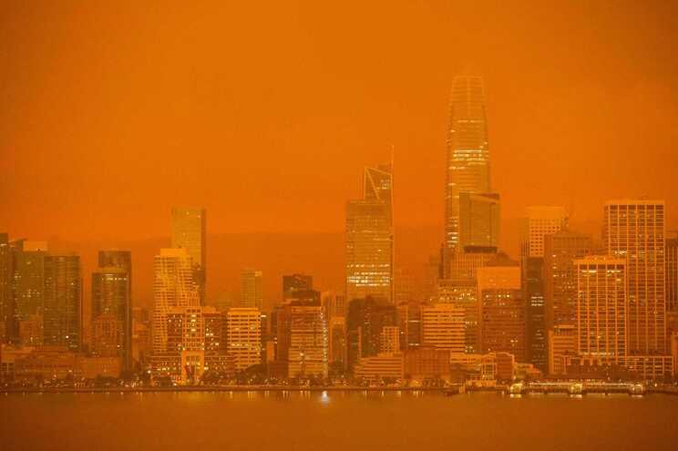Alimentados pela seca e ventos fortes, incêndios de grandes proporções estão a alastrar pela costa ocidental