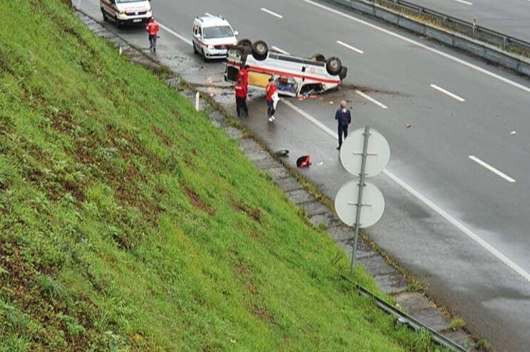 Ambulância despista-se e capota na A7