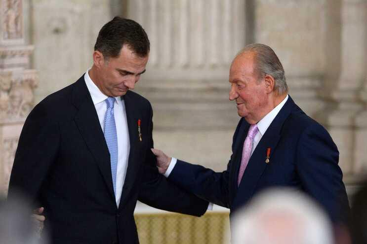 O rei Felipe VI e o pai Juan Carlos