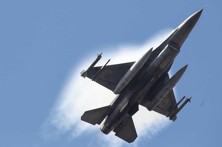 Um avião F16 da força aérea portuguesa