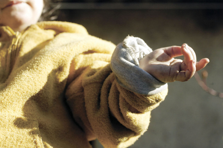 Adolescente abusa de menina de três anos em família que o acolheu