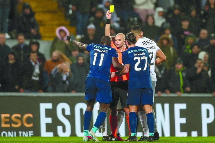 Após os festejos do segundo golo do F. C. Porto, o árbitro puniu Marega