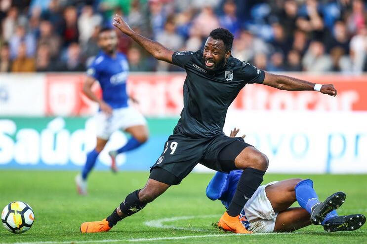 Futebolista marfinense havia rescindido em janeiro com os vitorianos