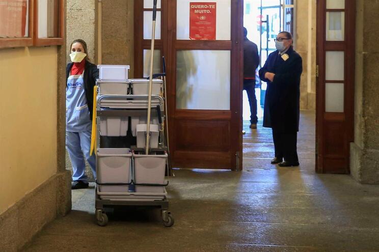 Funcionários e utentes do Hospital de Santo António com mascaras para se protegerem do surto de sarampo