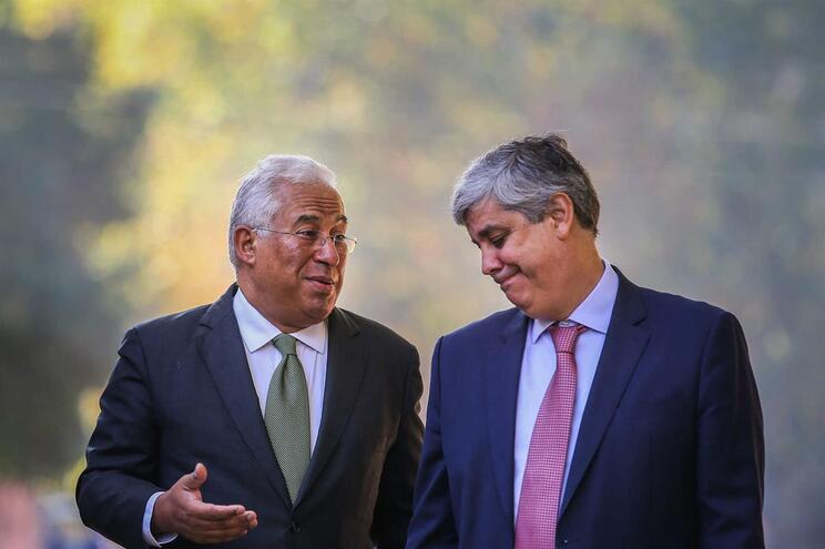 O primeiro-ministro, António Costa (E), acompanhado pelo ministro das Finanças, Mário Centeno (D)