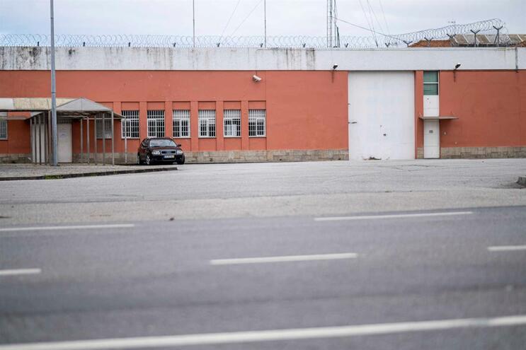 Reclusos estarão a ser libertados em pleno estado de emergência cadeia de Custoias