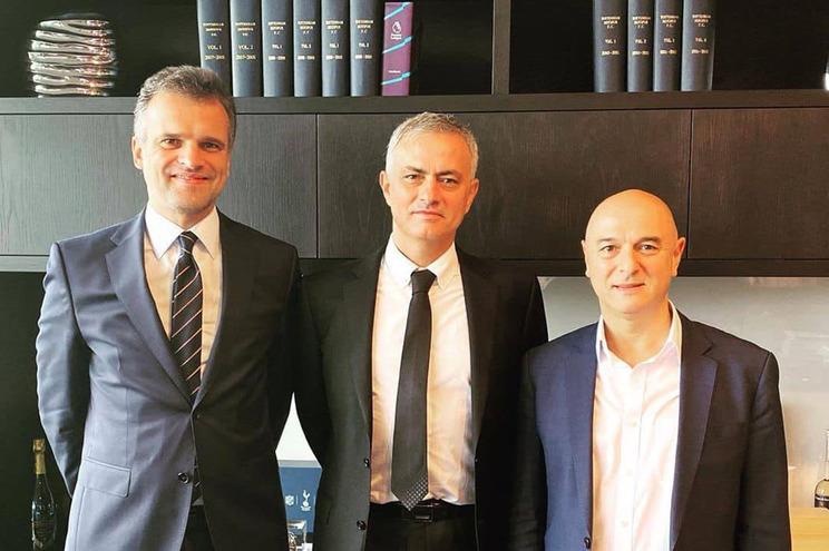 Mourinho com advogado Daniel Lorenz e o presidente do Tottenham, Daniel Levy