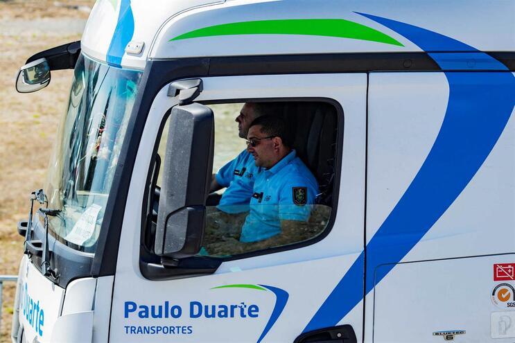 Agentes da PSP a conduzir camião cisterna