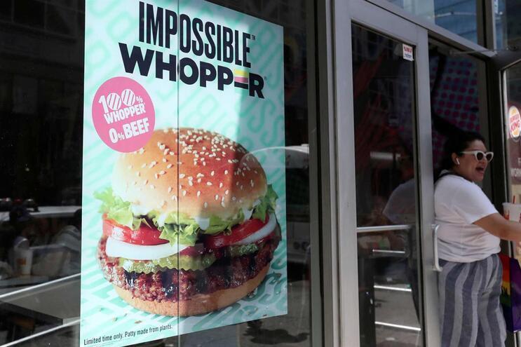 Burger King  processado  por cozinhar hambúrguer vegan em grelhador de carne