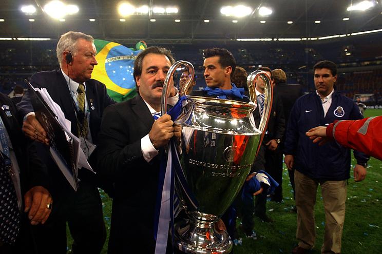 Reinaldo Teles com a taça da Liga dos Campeões, em 2004