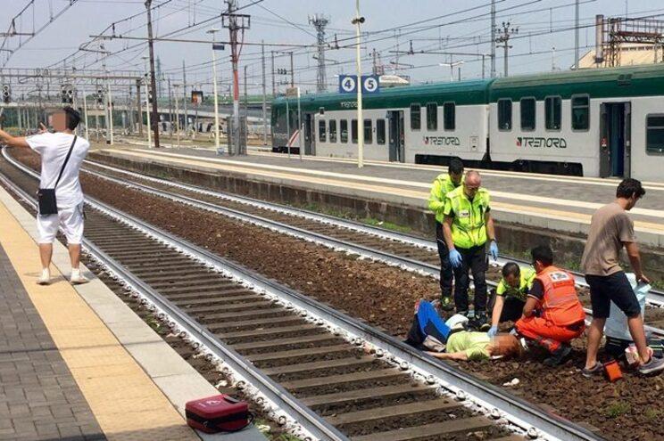 Homem tira selfie com mulher atropelada por comboio como fundo