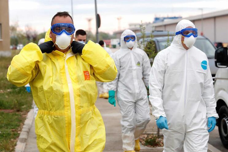 Militares em Espanha em ação de transferência de doentes infetados
