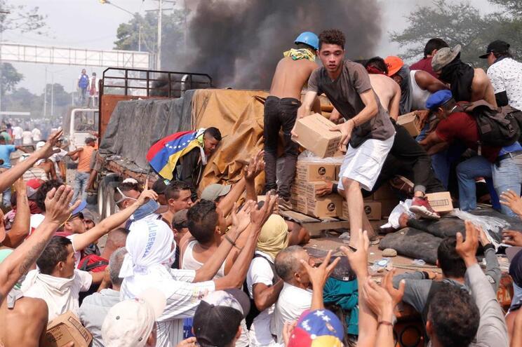 Confrontos na ponte fronteiriça que liga Venezuela e Colômbia. Camiões com ajuda humanitária incendiados