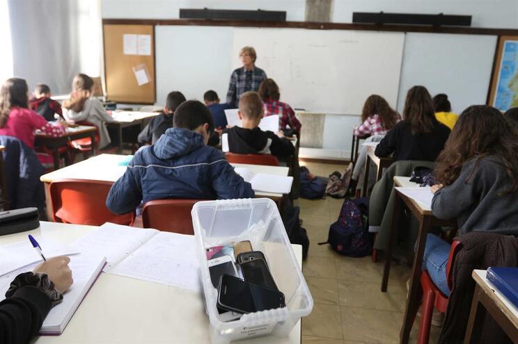 Lourosa, 29/10/2018 - A Direção da Escola EB 2/3 de Lourosa proíbe o uso de telemóvel aos alunos durante