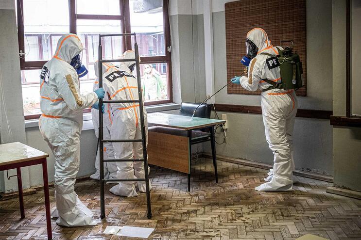 Exército demonstrou como é feita uma desinfeção na eventualidade de um caso suspeito. Funcionários serão