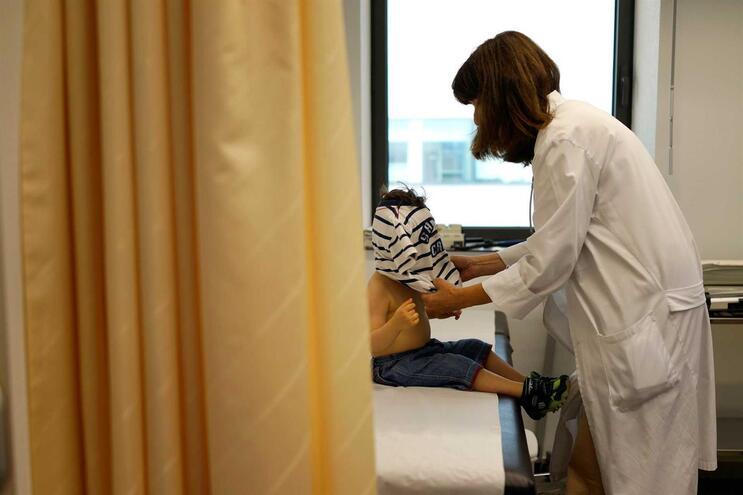 Organização Mundial de Saúde está a investigar se o coronavírus pode desencadear a doença de Kawasaki