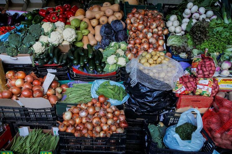 Fruta, legumes, carne, peixe e outros alimentos nutricionalmente adequados não estão ao alcance de todos