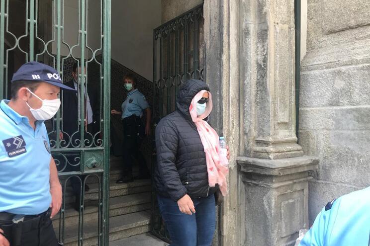 Mulher à saída do tribunal no início de junho