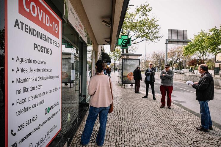 Filas à porta da farmácia devido às restrições para conter a propagação do novo coronavírus