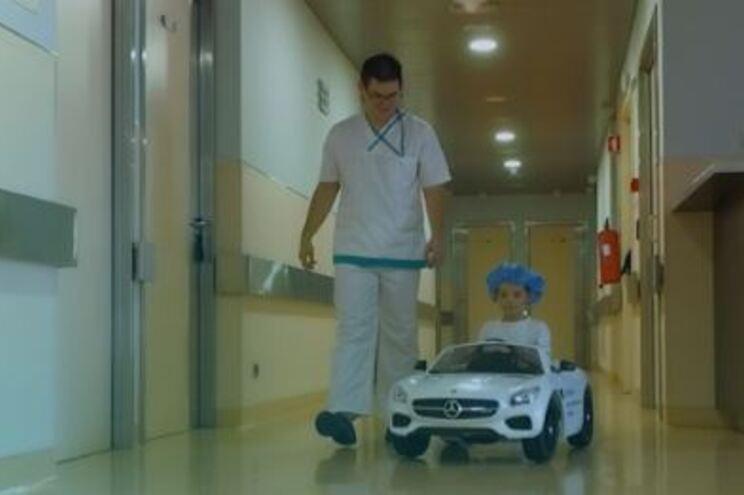 Hospital em Coimbra leva crianças de carrinho elétrico até bloco operatório