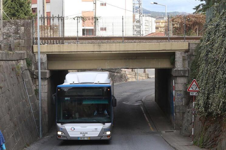 A Nova frota de autocarros dos STCP são altos e não passam por debaixo do túnel da estação de Rio Tinto