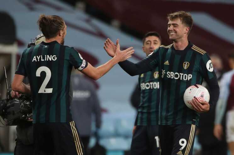 Bamford apontou os três golos do triunfo do Leeds sobre o Aston Villa