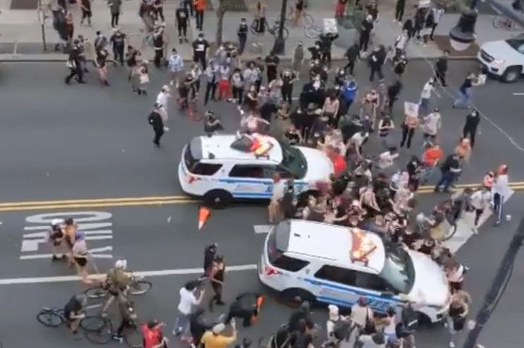 Carro da polícia avança sobre pessoas em protesto pela morte de George Floyd