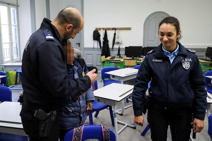Os agentes Filipa Gomes e João Cunha da PSP/Escola Segura fala com um aluno da escola Casa Pia de Lisboa
