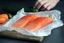Meios de comunicação de Pequim dizem que surto pode ter começado numa banca que vendia salmão importado