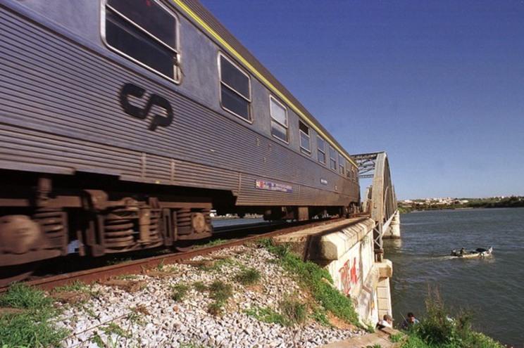 Linha do Algarve reaberta após comboio albaroar automóvel