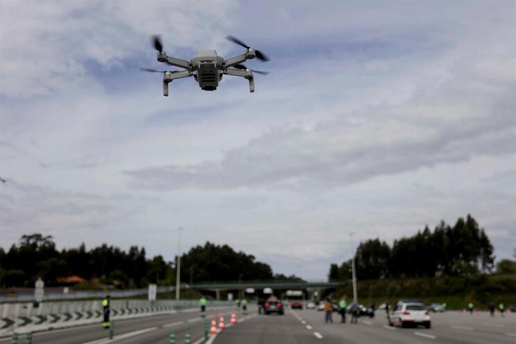 Autoridades têm usado drones para controlar movimentos da população