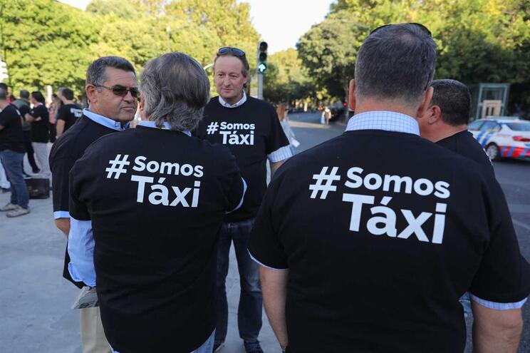 Taxistas cumprem segundo dia de protesto com veículos estacionados