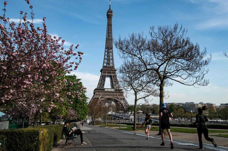Foto tirada a 7 de abril junto à Torre Eiffel, em Paris