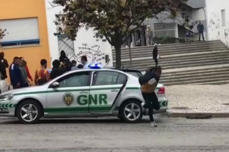 GNR apanha detido que fugiu algemado de carro patrulha