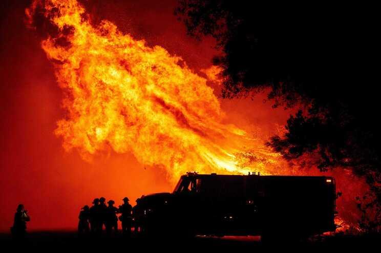 Os fogos estendem-se desde o Estado de Washington, fronteiriço com o Canadá, até San Diego, no sul da