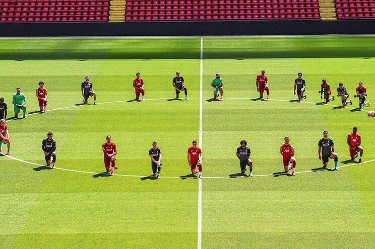 Futebolistas do Liverpool ajoelham-se em Anfield Road contra o racismo