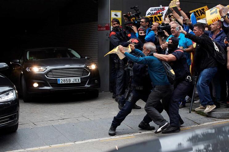 Centenas protestam em Barcelona enquanto Sánchez agradece à polícia