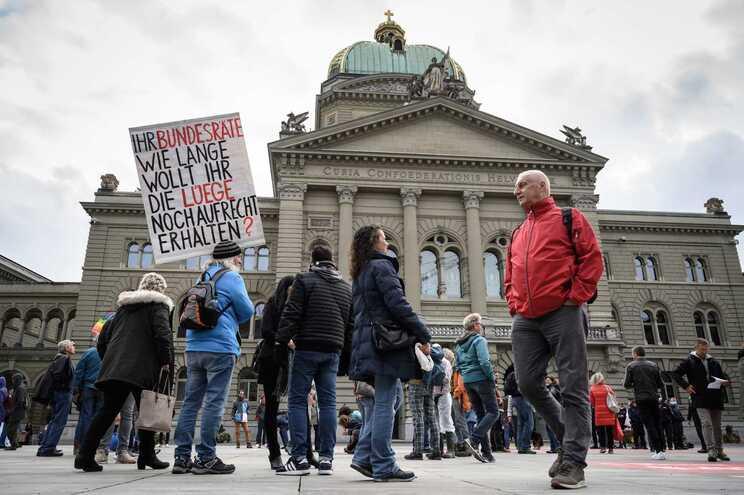 Centenas de pessoas manifestaram-se este domingo, em frente ao Palácio Federal, em Berna, contra a medida